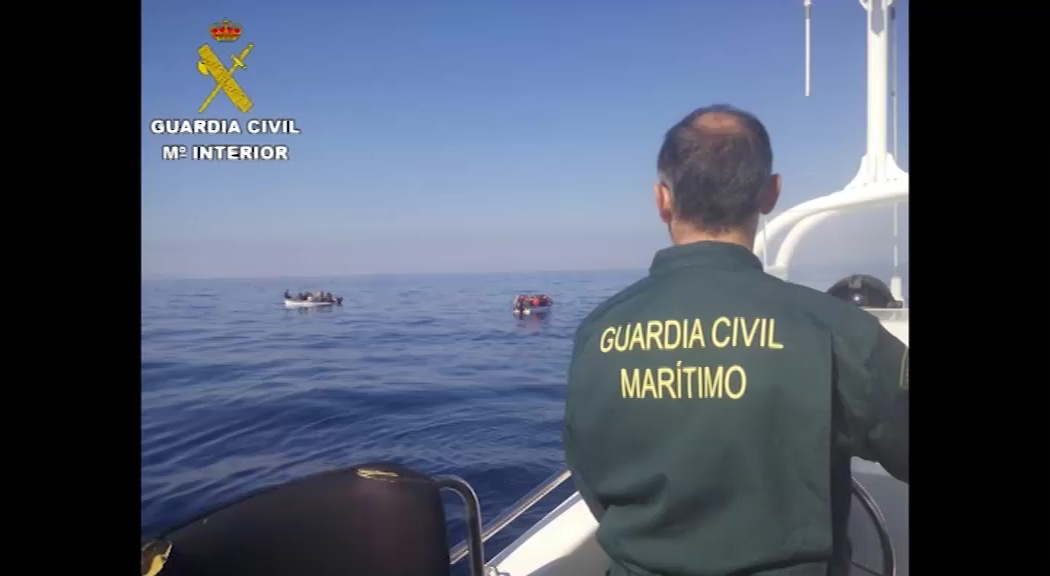 Imagen de Guardia Civil intercepta dos pateras a 13 millas de la costa de Torrevieja
