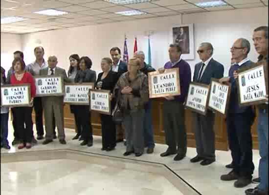 Acto de entrega de las placas con nuevas calles a maestros y pintores  de la ciudad